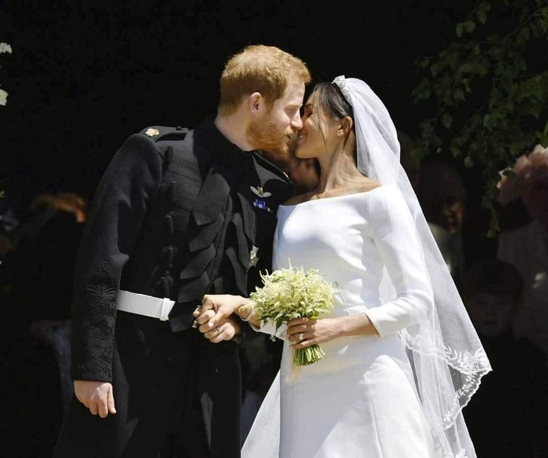 Prince harry et Meghan Markle s'embrassent à leur mariage