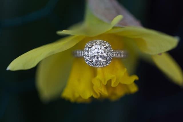alliance mariage sur fleurs
