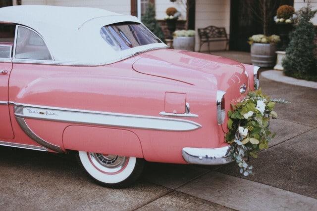 arrivee des maries en voiture ancienne rose