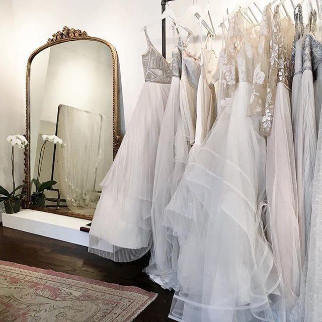 boutique de robe de mariée avec plancher et miroir