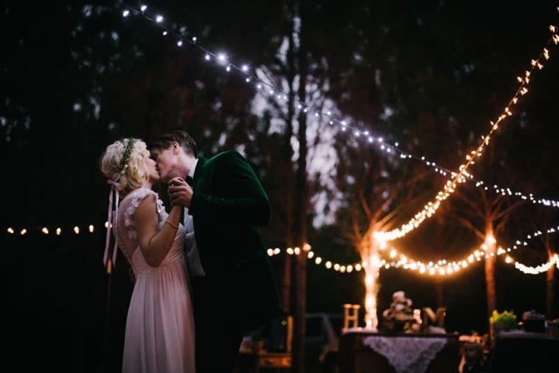 salle de reception mariage avec mariés qui s'embrassent