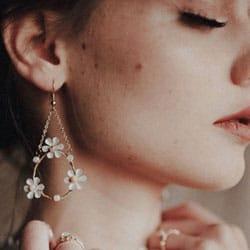 a boucle doreille fleurs blanche