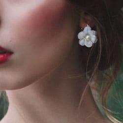 boucles d'oreilles fleurs blanches et perles
