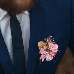 boutonniere costume homme fleurs roses