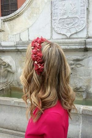 couronne de fleurs rouge preservees pour un look d'invitée de mariage rouge