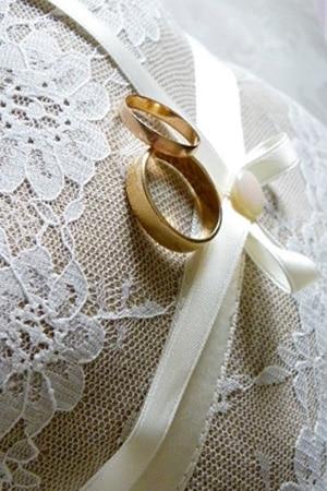 coussin alliance mariage en dentelle et toile de jute