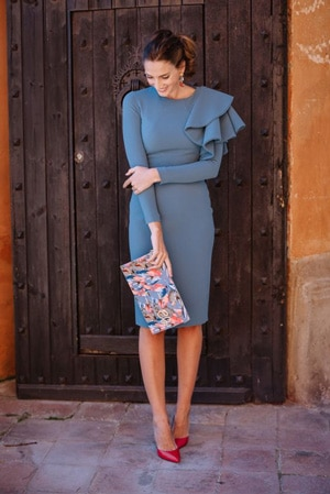 look invitee demariage avec robe bleu grise et pochette