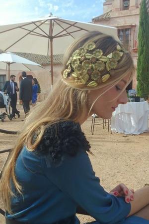 peigne cheveux a fleurs dores porté sur le côté pour un look invitee de mariage chic et stylé