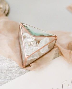 porte alliances en verre triangle
