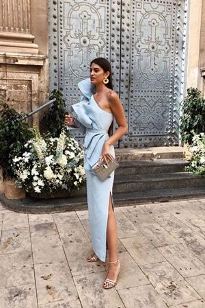 robe longue invitee de mariage avec une manche et un one shoulder pour une épaule dénudée