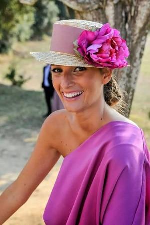 tenue invitee de mariage rose fluo avec chapeau fleurs de style haut e forme