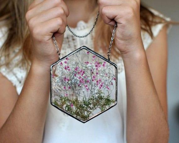 fleurs-preservees-sous-verre-pour-decoration-de-table-de-mariage