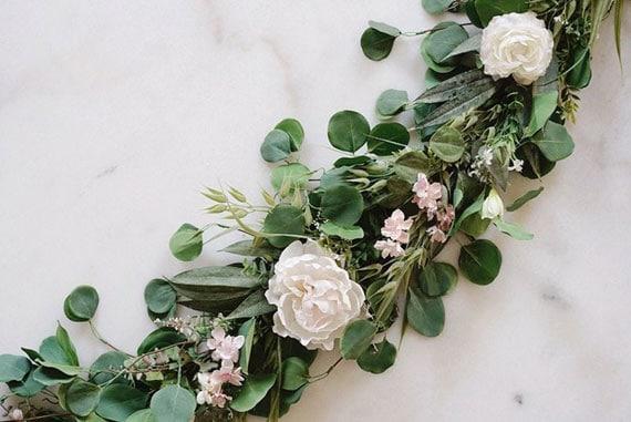 guirlande de feuilles et de fleurs pour table de mariage