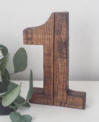 numero de table de mariage en bois fonce mariage champetre