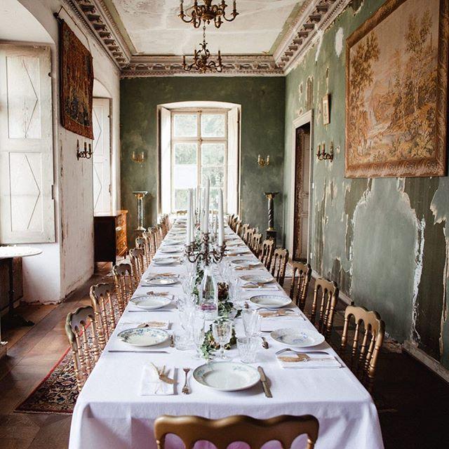 table de mariage avec vaisselle vintage 4