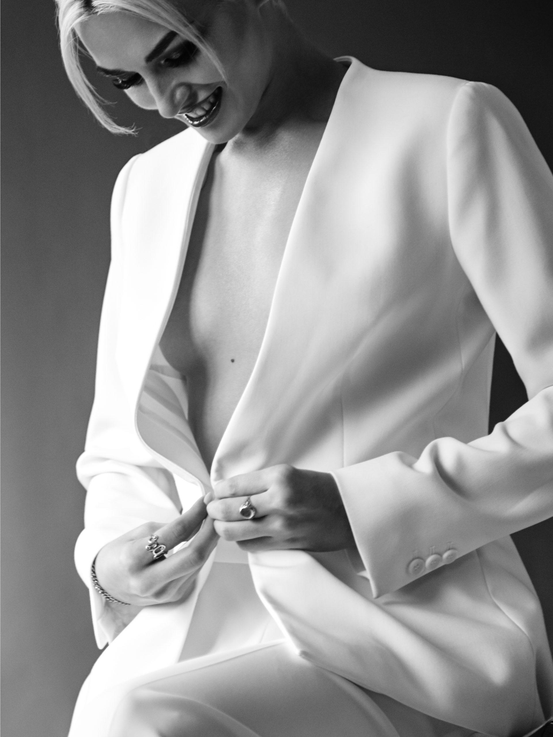 Emily Ratajkowski mariage en tailleur