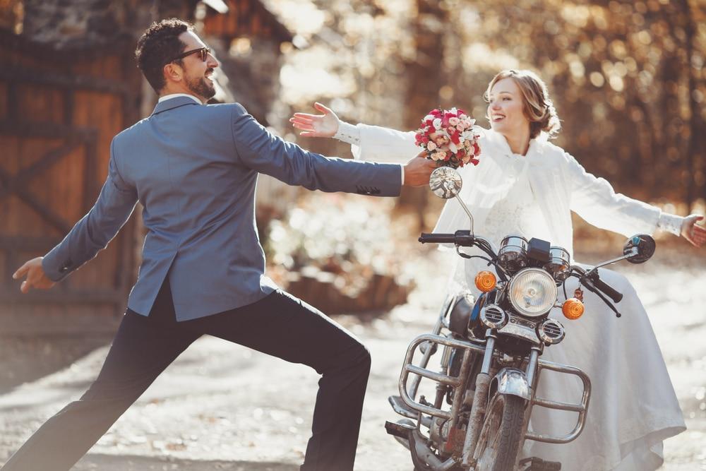 10-idées-de-pose-pour-sa-séance-couple-de-mariés