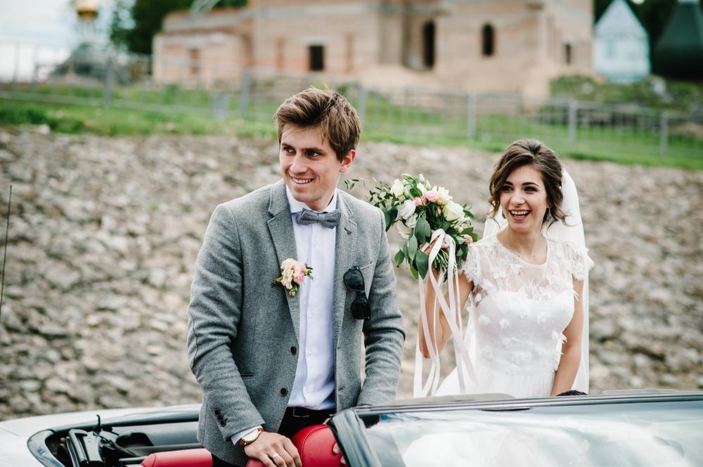 9 arrivées de mariés super stylées !